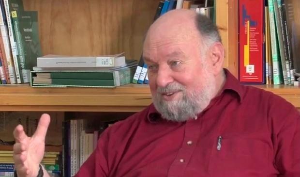 El profesor Swartz dice que los exámenes prueban la memoria y no la inteligencia
