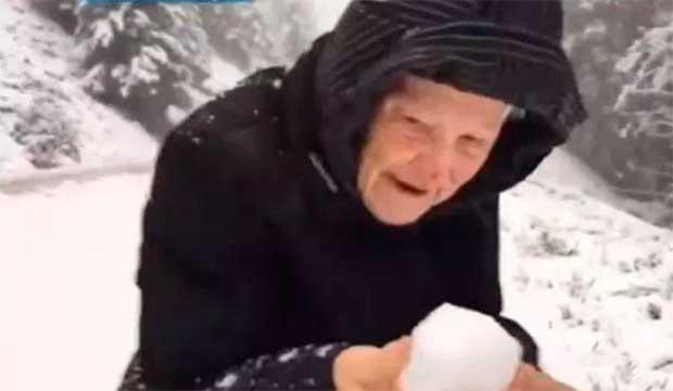 /index.php/curiosidades-en-la-red/25540/el-emotivo-video-de-una-mujer-de-101-anos-jugando-con-nieve