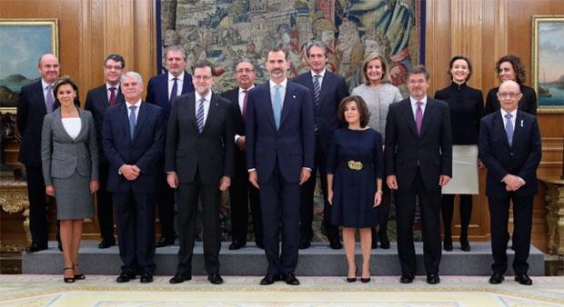 Los trece ministros del nuevo gobierno de rajoy juran sus for Ministros del gobierno