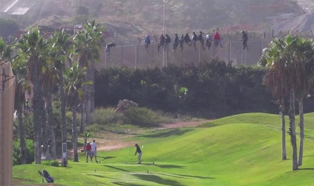 /index.php/curiosidades-en-la-red/10635/unos-saltan-la-valla-mientras-otros-juegan-a-golf