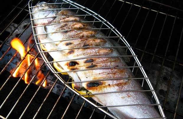La parrilla de pescado se eleva a arte culinario - Parrillas para pescado ...